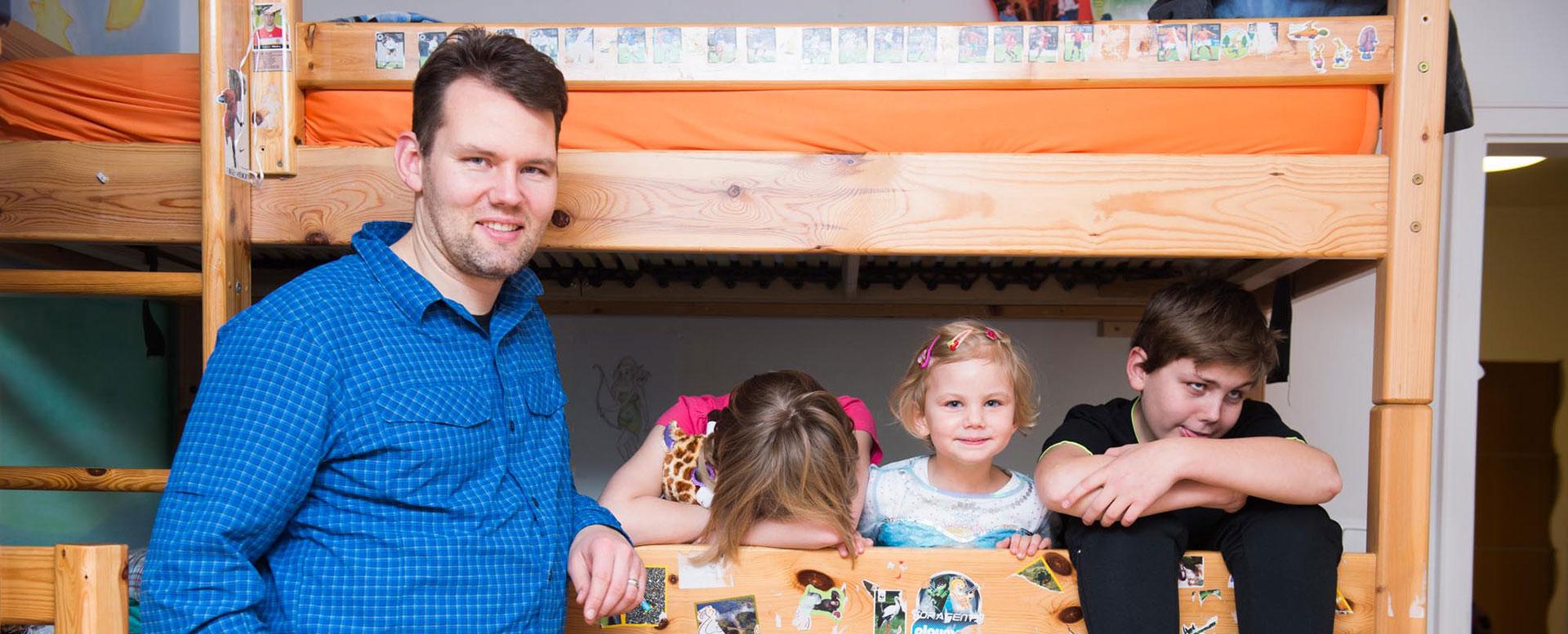 Vater Andreas mit Kindern