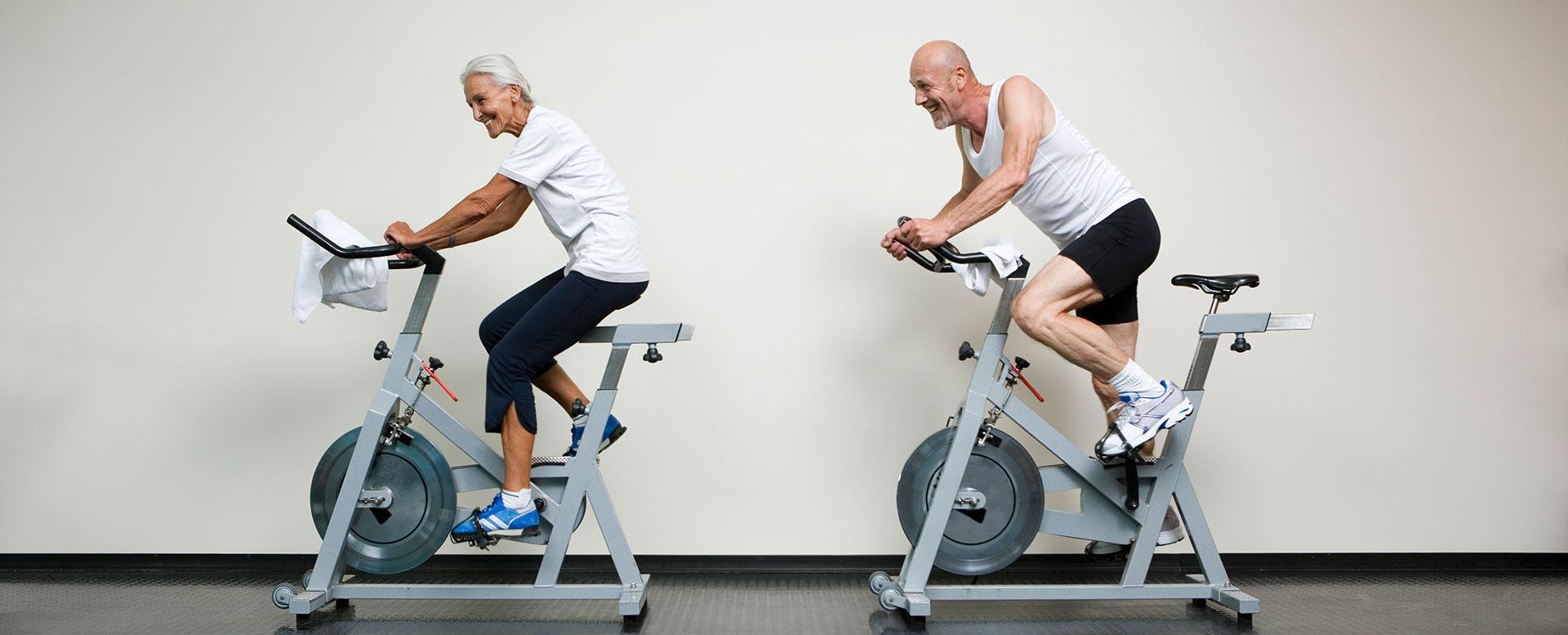 Fröhliche Senioren beim Fitnesstraining