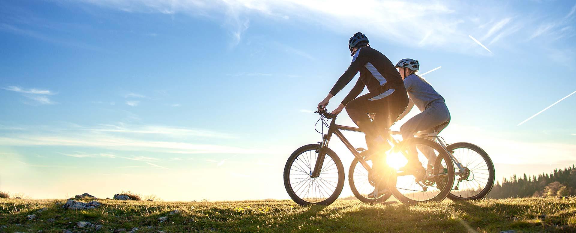 Fahrradfahrer mit Fahrradhelmen
