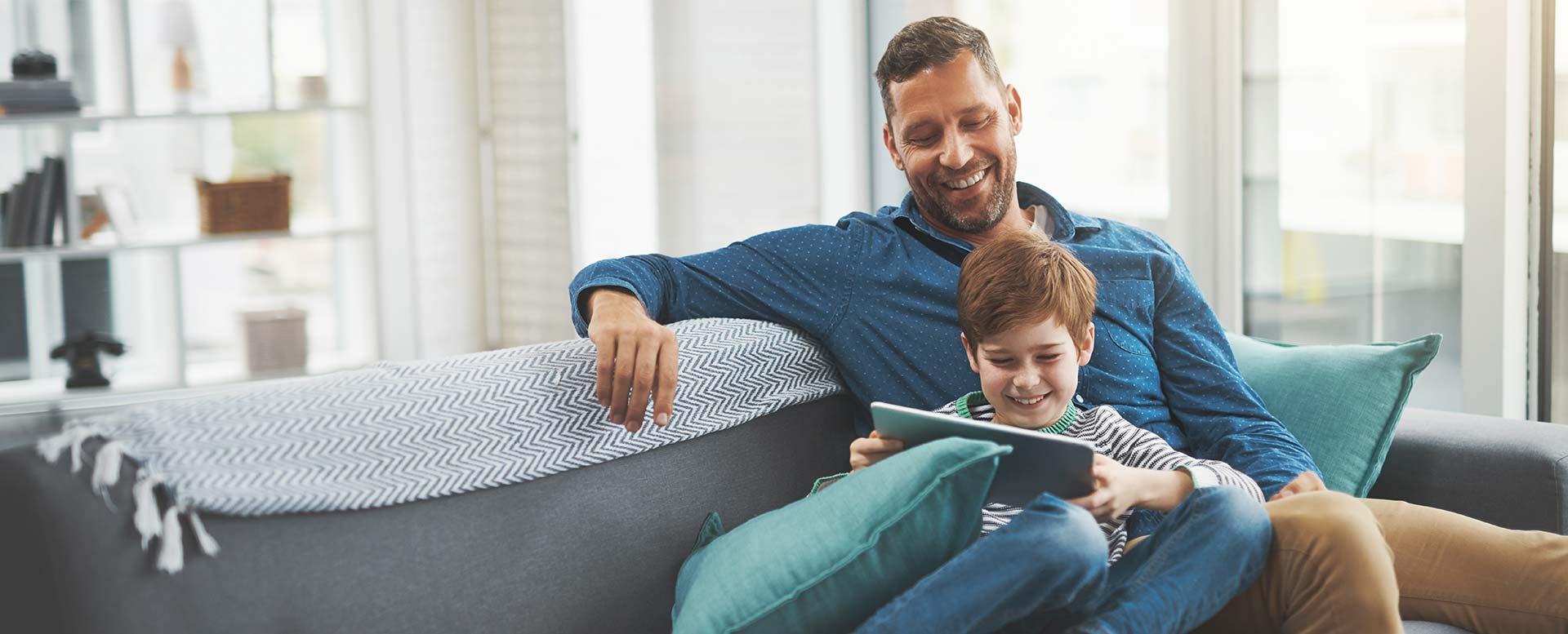 Vater und Sohn gemeinsam vor dem Tablet