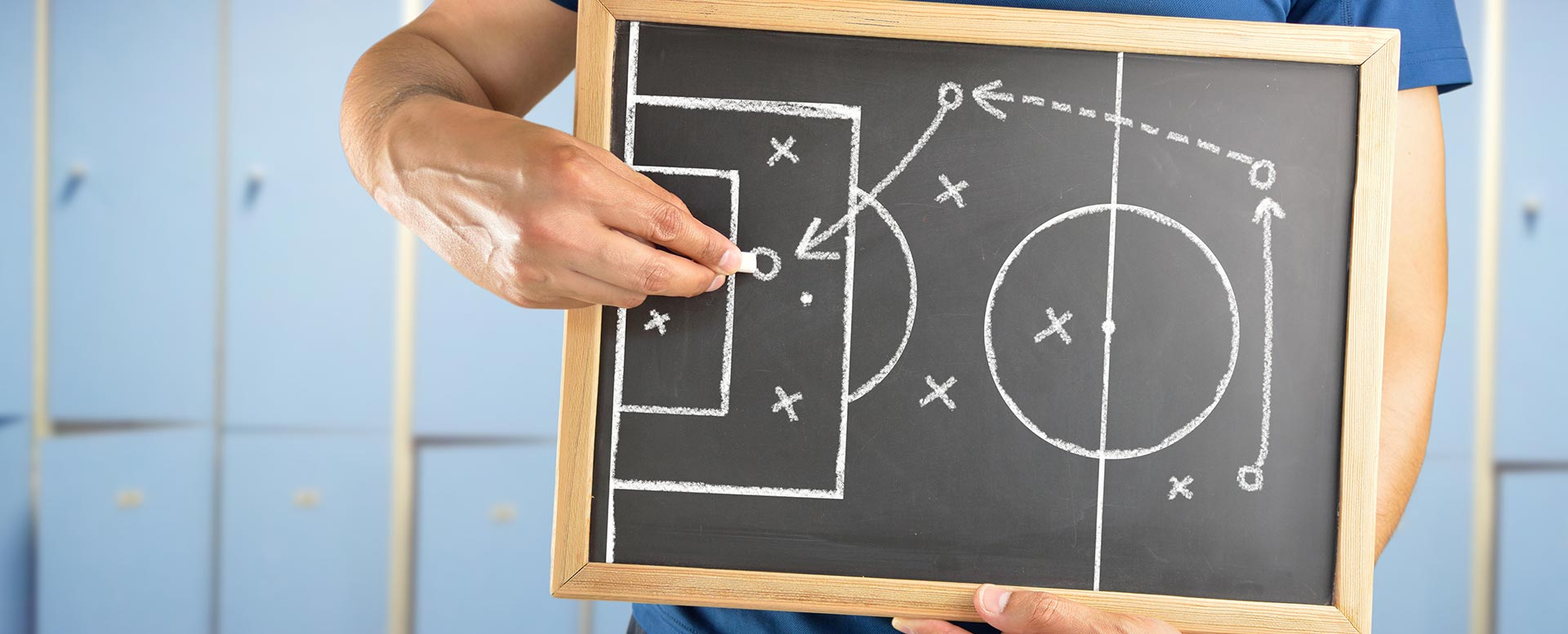 Fußballtrainer erklärt Taktik