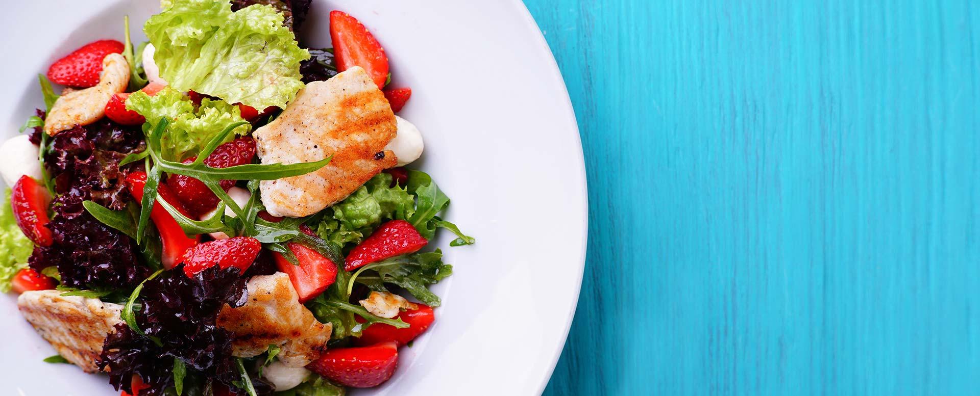 Sommersalat mit gebratener Hähnchenbrust, Chicorée und Erdbeeren